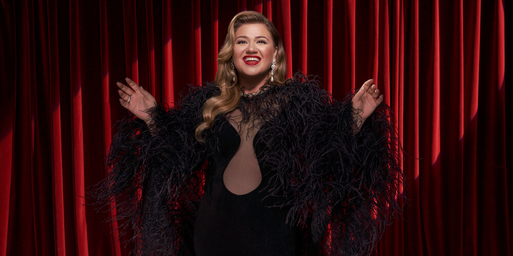 Kelly Clarkson Kicks Off Christmas With a Festive Middle Finger